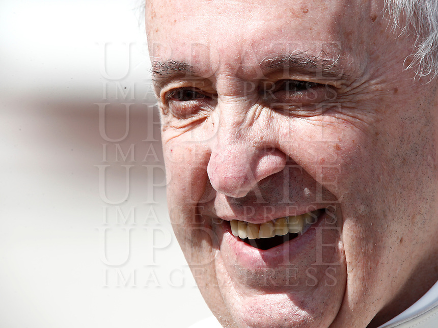 Papa Francesco sorride al termine dell'udienza generale del mercoledi' in Piazza San Pietro, Citta' del Vaticano, 28 marzo, 2018.<br /> Pope Francis smiles at the end of the weekly general audience in St. Peter's Square at the Vatican, on March 28, 2018.<br /> UPDATE IMAGES PRESS/Isabella Bonotto<br /> <br /> STRICTLY ONLY FOR EDITORIAL USE