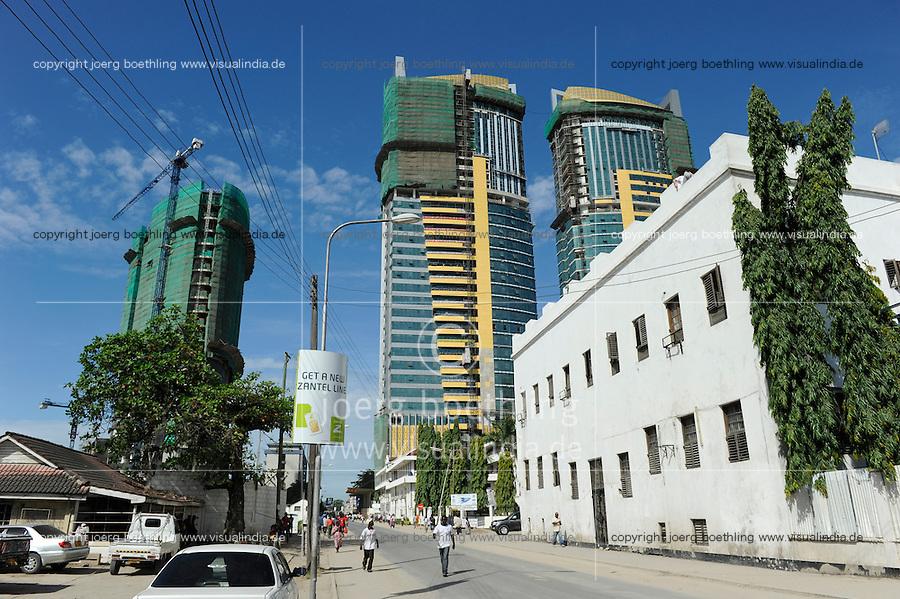 Tanzania Dar es Salaam, Old Boma, built in 1866-67 by Majid bin Said, sultan of Zanzibar, and construction of new skyscrapers, located at the crossing of Morogoro Road and Sokoine Drive / TANSANIA Dar es Salam, Altes Rathaus und Neubau neuer Hochhaeuser