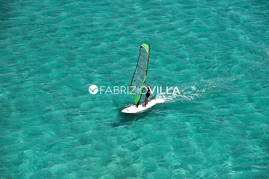 Il mare e le spiagge di Catania e Siracusa dall'elicottero della Guardia Costiera. .In wind surf nel mare cristallino di Siracusa..Foto Fabrizio Villa