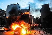 SÃO PAULO, SP - 25.01.2014 - PRIMEIRO PROTESTO CONTA COPA - Durante o protesto um carro tentou passar pelo lixo que estava com fogo onde acabou sendo incendiado com uma familia dentro que foi retirada por fotografos que que estava cobrindo a manifestação não ouve feridos proximo a Praça Roosenvelt..(Foto: Adriano Lima / Brazil Photo Press)