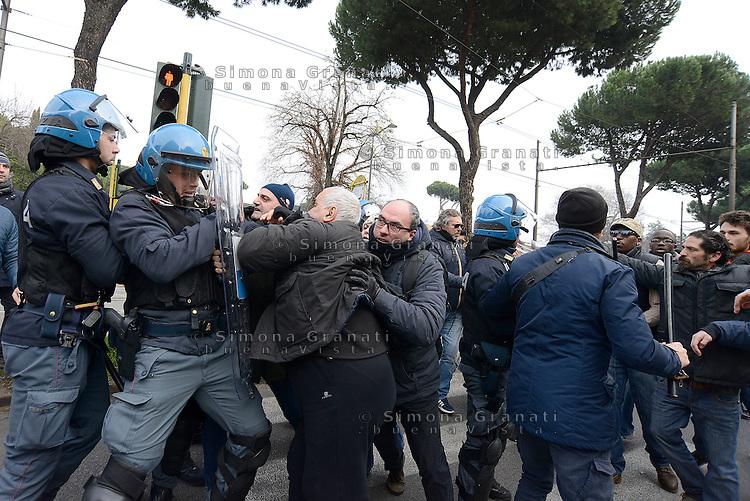 Roma, 27 Gennaio 2016<br /> Sgombero in via Prenestina di una occupazione abitativa .<br /> Caricati/e militanti di Action dopo un blocco stradale proseguito per tutta la mattinata.<br /> Villa Lauricella