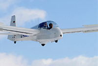 4415/ASK 13: EUROPA, DEUTSCHLAND, HAMBURG 12.03.2006: Doppelsitziges Segelflugzeug, Schulung, beim Landeanflug, Gemischtbauweise, ASK 13,