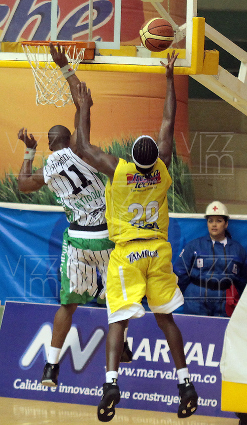 BUCARAMANGA -COLOMBIA, 20-04-2013.  Jason Edwin (d) de Búcarosdisputra el balón con Norbey Aragón (i) de Academia durante partido de la fecha 1 fase II de la Liga DirecTV de baloncesto profesional colombiano 2013 disputado en la ciudad de Bucaramanga./ Jason Edwin (r) of Bucaros  fights for the ball with Norbey Aargon of Academia during game of the first date phase II of DirecTV League of professional Basketball of Colombia 2013 at Bucaramanga city. Photo:VizzorImage / Jaime Moreno / STR
