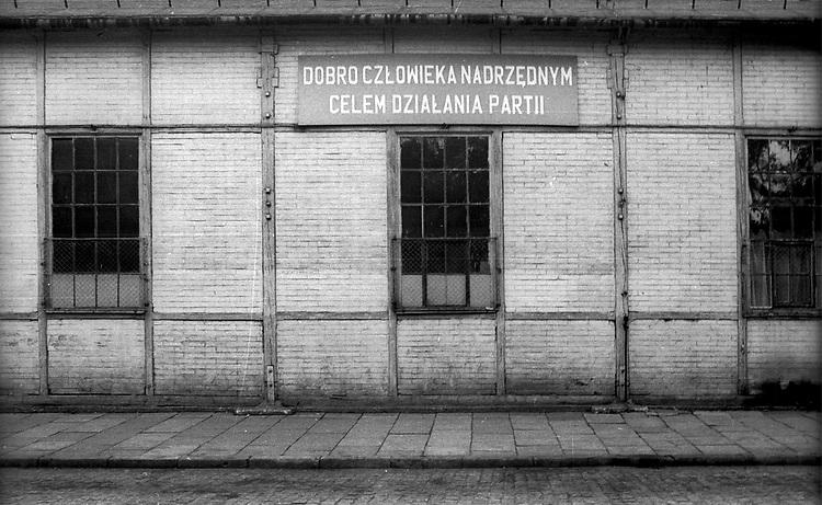 Hasło propagandowe na ścianie budynku zajezdni tramwajowej przy ulicy św. Wawrzyńca w Krakowie. Połooa lat 80. XX wieku.