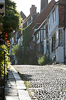 United Kingdom, England, East Sussex, Rye: Cobblestone street and old cottages, Mermaid Street | Grossbritannien, England, East Sussex, Rye: alte Haeuser in der Mermaid Street