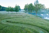 France, Maine-et-Loire (49), Brissac-Quincé, château de Brissac, jeu d'allées dans la prairie, ruisseau de Montayer et rond planté de chênes rouge d'Amérique