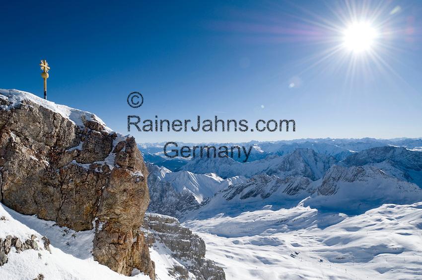 Deutschland, Bayern, Oberbayern, Werdenfelser Land, Garmisch-Partenkirchen: Gipfel der Zugspitze (2.962 m) mit Gipfelkreuz - hervorragende Fernsicht bis zu 200 Km   Germany, Bavaria, Upper Bavaria, Werdenfelser Land, Garmisch-Partenkirchen: Zugspitze mountain peak with summit cross