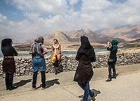 gruppo di ragazze al bordo di una diga