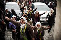 Les femmes de Nusaybin, de Mardin et de la région se sont données rendez-vous à Mardin. En un bruyant cortège, elle partent du local du BDP (parti politique kurde le plus puissant) pour rejoindre les PTT. Par ce chemin, elles veulent symboliser l'envoie d'une lettre aux femmes emprisonnées abusivement par les autorités turques pour leur engagement politique (élues, journalistes, anonymes).