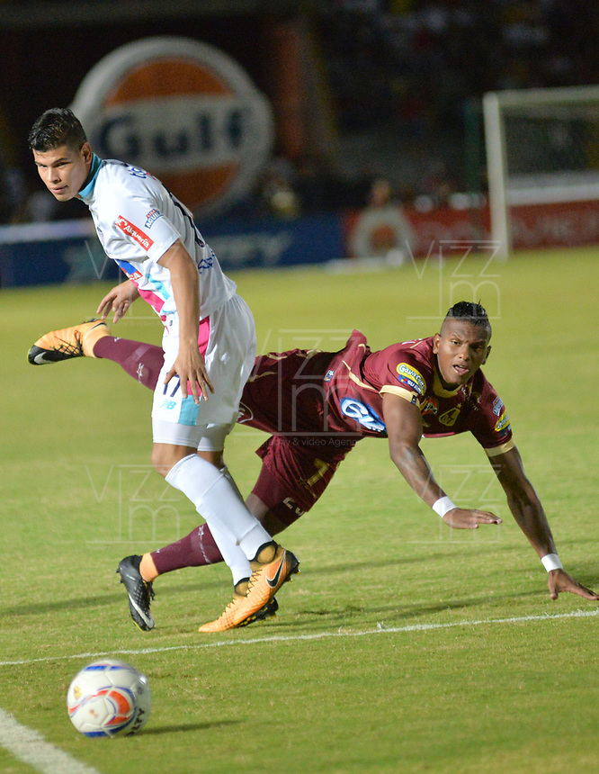 IBAGUE - COLOMBIA , 5 -11 - 2017.Acción de juego entre los equipos Depores Tolima y Atlético Junior   durante encuentro  por la fecha 19 de la Aguila II 2017 disputado en el estadio Manuel  Murillo Toro./ Action game between Deportes Tolima and Atletico Junior during match for the dat 19 of the Aguila League II 2017 played at Manuel Murillo Toro stadium. Photo:VizzorImage / Juan Carlos Escobar  / Contribuidor