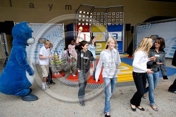 BRUSSELS - BELGIUM - 26 SEPTEMBER 2007 -- Europäischen Tag der Sprachen? (European Day of Languages) -- ?1, 2 oder 3?, der Rateklassiker von ZDF vor dem Berlaymont Gebäude, dem Sitz der Europäischen Kommission, moderiert Daniel Fischer gemeinsam mit seiner belgischen Kollegin Annabelle van Nieuwenhuyse die Spielshow erstmals auf englisch, französisch und flämisch. Mit dabei auch Piet Flosse, die Walk Act-Figur der Sendung. Photo: Erik Luntang/EUP-IMAGES