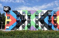 Nederland Amsterdam - juli 2018. Horeca bij Amsterdam Heesterveld. Oude flats zijn kleurig beschilderd door kunstenaars. Foto Berlinda van Dam / Hollandse hoogte