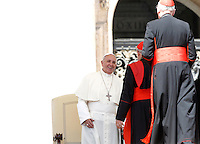 Papa Francesco saluta alcuni cardinali al termine dell'udienza generale del mercoledi' in Piazza San Pietro, Citta' del Vaticano, 3 giugno 2015.<br /> Pope Francis greets some cardinals at the end of his weekly general audience in St. Peter's Square at the Vatican, 3 June 2015.<br /> UPDATE IMAGES PRESS/Isabella Bonotto<br /> <br /> STRICTLY ONLY FOR EDITORIAL USE