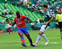 PALMIRA - COLOMBIA, 01-09-2019: Juan Ignacio Dinenno del Cali disputa el balón con Geisson Perea de Pasto durante partido entre Deportivo Cali y Deportivo Pasto por la fecha 9 de la Liga Águila II 2019 jugado en el estadio Deportivo Cali de la ciudad de Palmira. / Juan Ignacio Dinenno of Cali vies for the ball with Geisson Perea of Pasto during match between Deportivo Cali and Deportivo Pasto for the date 9 as part Aguila League II 2019 played at Deportivo Cali stadium in Palmira city. Photo: VizzorImage / Nelson Rios / Cont