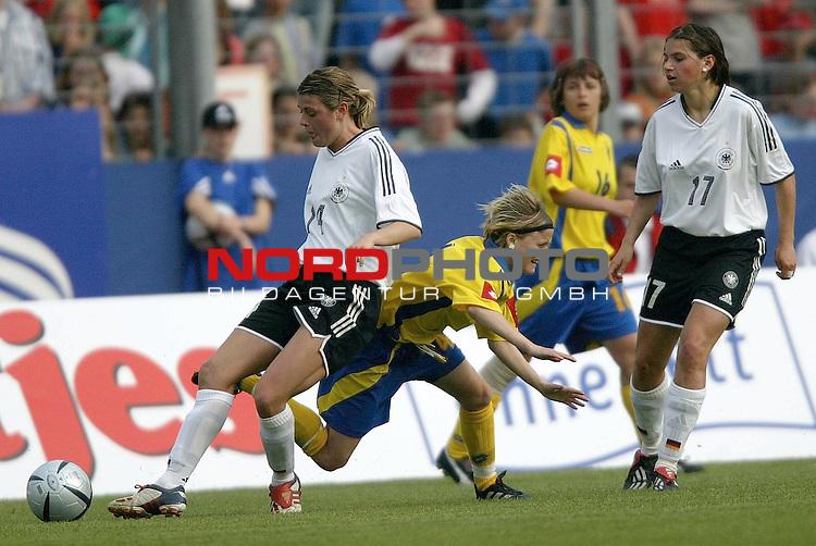 EM Qualifikation 2005 - Frauen Nationalmannschaft<br /> <br /> Deutschland vs. Ukraine<br /> <br /> Isabell Bachor (links) von Deutschland im Zweikampf mit Vira Dyatel (Mitte) von der Ukraine. Rechts im Foto Ariane Hingst von Deutschland.<br /> <br /> Foto &copy; nordphoto - Ruediger Lampe<br /> <br /> <br /> <br /> <br /> <br /> <br /> <br />  *** Local Caption *** Foto ist honorarpflichtig! zzgl. gesetzl. MwSt.<br /> <br />  Belegexemplar erforderlich<br /> <br /> Adresse: nordphoto<br /> <br /> Georg-Reinke-Strasse 1<br /> <br /> 49377 Vechta