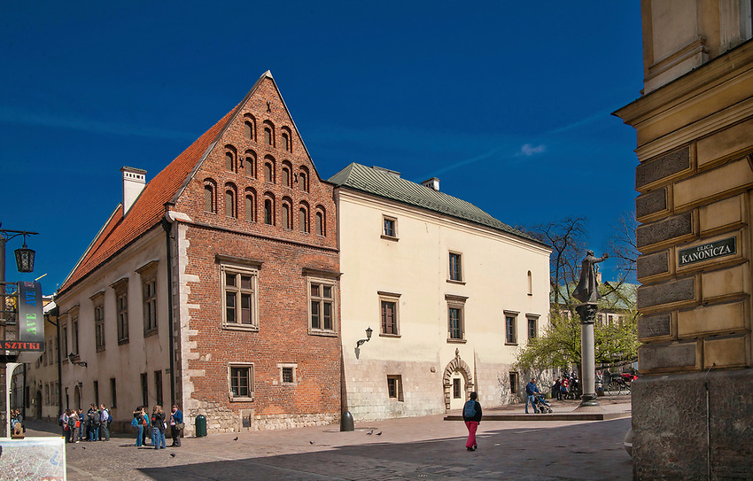 Plac św. Marii Magdaleny z Collegium Iuridicum po lewej i pomnik Piotra Skargi w Krakowie, Polska<br /> St. Mary Magdalene with the Collegium Iuridicum on the left and the monument to Piotr Skarga in Cracow, Poland