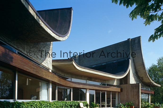 Concrete, glass and teak grace the rear of the Maison Bordeaux Le-Pecq which was designed by Claude Parent.