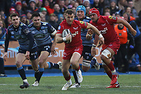 Gareth Davies of Scarlets breaks through the Blues defence during the Guinness Pro 14 match between Cardiff Blues and Scarlets at the Cardiff Arms Park, Wales, UK. Sunday 31 December 2017