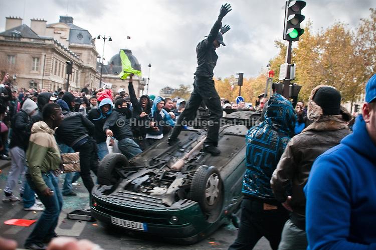 Le 14/11/2009, après que l'opération de distribution d'argent sur le Champs de Mars par la société Mailorama.fr a été annulée, plusieurs dizaines de personnes s'attaquent aux vitrines et à une voiture de police, avant d'être repoussées par les forces de l'ordre.