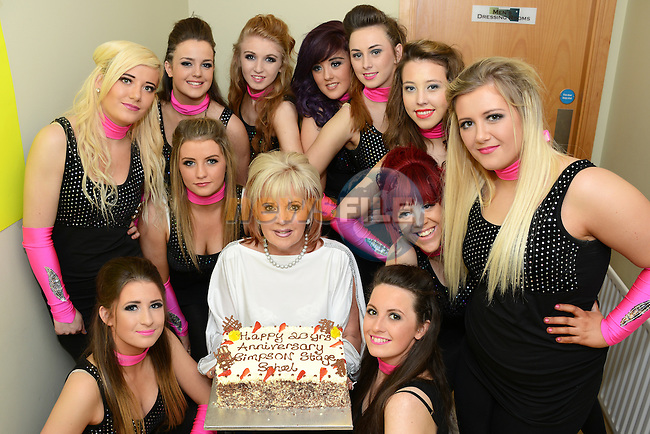 Mary Simpson and the Simpson Stage School senior dance troupe celebrate the 20th anniversary with a cake. Photo: Andy Spearman. www.newsfile.ie