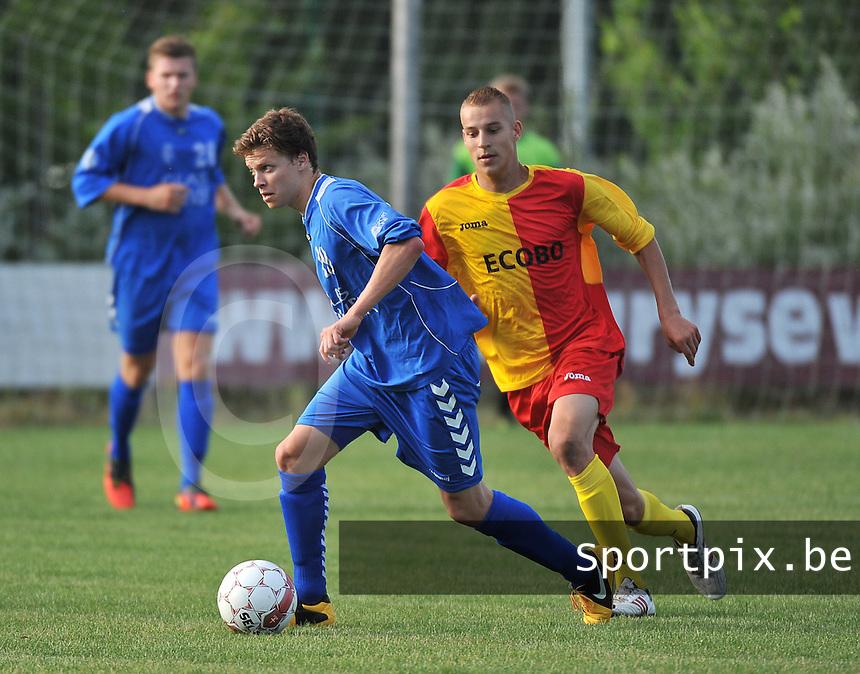 KSV Rumbeke : Robin Catteeuw aan de bal voor Alex Lannoy van Anzegem (rechts)<br /> foto VDB / Bart Vandenbroucke