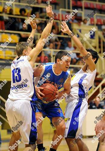 2013-09-01 / Basketbal / seizoen 2013-2014 / Sint-Jan - Kangoeroes Willebroek / Witse Van Schil (Kangoeroes) wordt afgestopt door oa. Kesteloot (13)<br /><br />Foto: Mpics.be