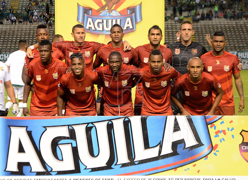 CALI - COLOMBIA -28-05-2016: Los jugadores de Rionegro Aguilas, posan para una foto, durante partido entre Deportivo Cali y Rionegro Aguilas, por la fecha 20 de la Liga Aguila I-2016, jugado en el estadio Deportivo Cali (Palmaseca)  de la ciudad de Cali.  / The Players of Rionegro Aguilas, pose for a photo, during a match between Deportivo Cali y Rionegro Aguilas, for the date 20 of the Liga Aguila I-2016 at the Deportivo Cali (Palmaseca) stadium in Cali city. Photo: VizzorImage  / Luis Ramirez / Staff.