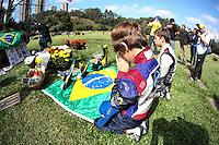 SAO PAULO, SP, 01.05.2015 - MORTE-SENNA - SP - Fãs prestam homenagens no túmulo do piloto Ayrton Senna, nesta sexta-feira (1). A data de hoje marcam os 21 anos em que Ayrton Senna morreu em um acidente na Formula 1, no autódromo de Imola, na Italia. (Foto: Douglas Pingituro / Brazil Photo Press)