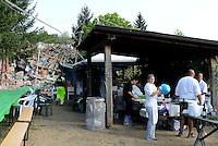 Illica, Rieti, 26 Agosto 2016.<br /> Cuochi volontari in un campo per terremotati ad Illica, frazione di Accumoli. <br /> L'Italia &egrave; stata colpita da un potente, terremoto di 6,2 magnitudo nella notte del 24 agosto, 2016, che ha ucciso almeno 290 persone .<br /> Collapsed buildings  in Illica, a hamlet of Accumoli, earthquake epicenter in central Italy was struck by a powerful, 6.2-magnitude earthquake in the night of August 24, 2016, Which has killed at least 290 people and devastated hundreds of houses.