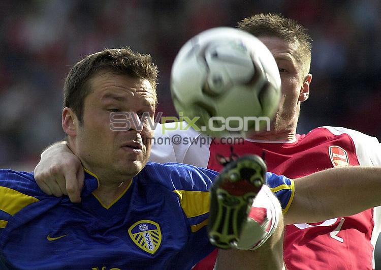 Pix: Dave Winter/SWpix.com. Football. Barclaycard Premiership. Arsenal v Leeds United. 04/05/03..COPYRIGHT PICTURE>>SIMON WILKINSON>>01943 436649>>..Arsenal's Oleg Luzhny and Leeds United's Mark Viduka.
