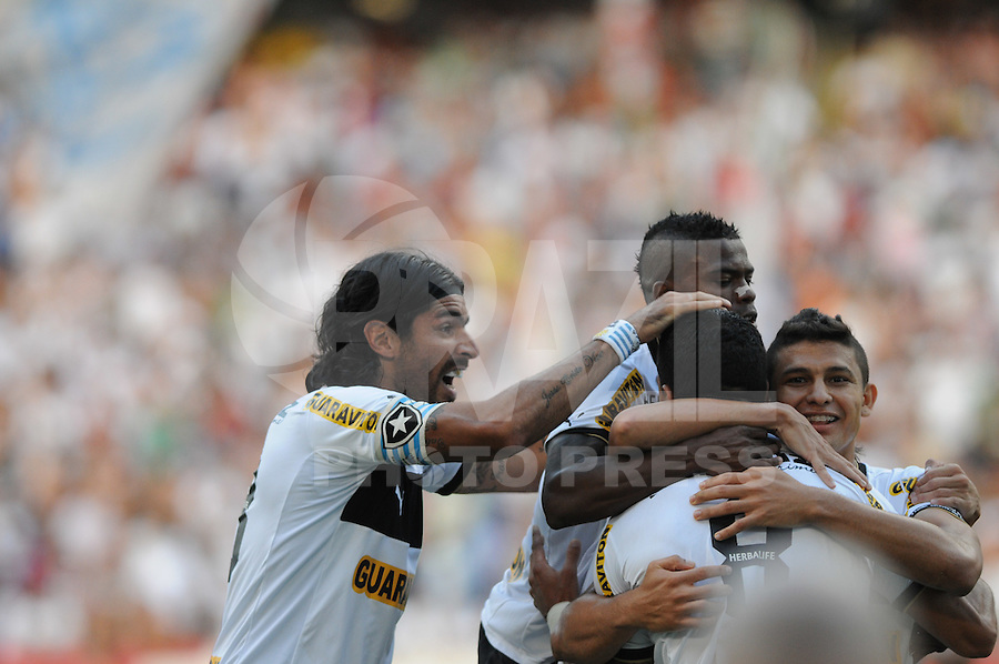 RIO DE JANEIRO, RJ, 06 DE MAIO 2012 -  FINAL CAMPEONATO CARIOCA - Fluminense x Botafogo, jogadores do BOTAFOGO, no lance pela primeira partida da final do Campeonato Carioca, no Estadio do Engenhão no Rio de Janeiro. (FOTO: BIA FIGUEIREDO / BRAZIL PHOTO PRESS).