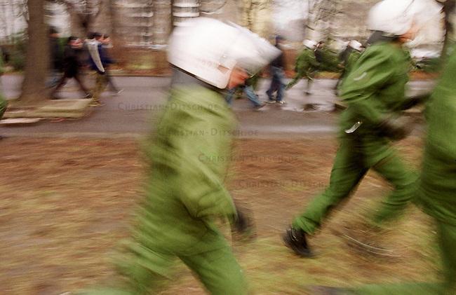 Aufgrund einer ominoesen Morddrohung eines Berliner Brandstifters wurde die alljaehrliche Demonstration linker Gruppen und Parteien zum Gedenken an die Ermordung Karl Liebknechts und Rosa Luxemburg im Jahre 1919 vom Berliner Polizeipraesidenten Saberschinsky verboten.<br /> Trotz des Demonstrationsverbotes versammelten sich mehrere tausend Menschen und zogen in einem Protestmarsch durch die Berliner Innenstadt.<br /> Hier: Polizeibeamte auf der Jagd nach Demonstrationsteilnehmern.<br /> Berlin, 9.1.2000<br /> Copyright: Christian-Ditsch.de<br /> [Inhaltsveraendernde Manipulation des Fotos nur nach ausdruecklicher Genehmigung des Fotografen. Vereinbarungen ueber Abtretung von Persoenlichkeitsrechten/Model Release der abgebildeten Person/Personen liegen nicht vor. NO MODEL RELEASE! Nur fuer Redaktionelle Zwecke. Don't publish without copyright Christian-Ditsch.de, Veroeffentlichung nur mit Fotografennennung, sowie gegen Honorar, MwSt. und Beleg. Konto: I N G - D i B a, IBAN DE58500105175400192269, BIC INGDDEFFXXX, Kontakt: post@christian-ditsch.de<br /> Bei der Bearbeitung der Dateiinformationen darf die Urheberkennzeichnung in den EXIF- und  IPTC-Daten nicht entfernt werden, diese sind in digitalen Medien nach &sect;95c UrhG rechtlich gesch&uuml;tzt. Der Urhebervermerk wird gemaess &sect;13 UrhG verlangt.]