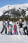 Foto: VidiPhoto<br /> <br /> HOCHKRIMML &ndash; Vijf Hollandse vriendinnen genieten dinsdag van de krokusvakantie in de Oostenrijkse sneeuw in de Zillertaler Arena. De wintersportvakantie wordt feestelijk gevierd met een wijnpicknick in de sneeuw, versierd met echte Hollandse krokussen, die overigens wel wat te lijden hebben gehad van de lange reis. Zo&rsquo;n 60 procent van de wintersporters in het gebied komt deze week uit Nederland. De Zillertaler Arene tussen Zell am Ziller en Hochkrimml behoort met 139 pistekilometers tot een van de populairste en grootste aaneengesloten skigebieden van Oostenrijk.