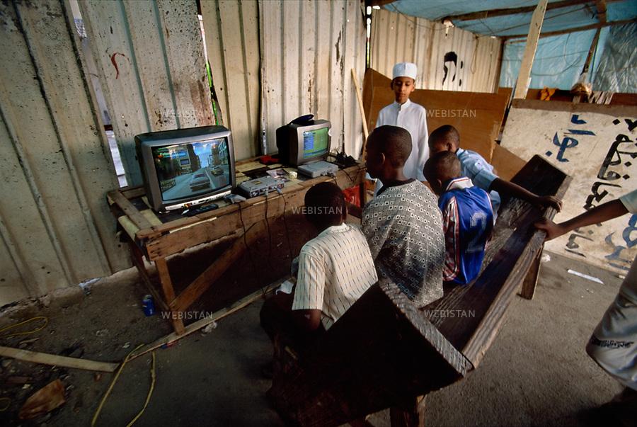 Saudi Arabia. Children playing video games. Arabie Saoudite. Des enfants jouant aux jeux vidéos.