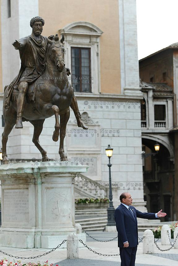 Roma, 29 ottobre, 2004. Firma della Costituzione Europea in Campidoglio. Berlusconi in Piazza del Campidoglio accoglie i capi di stato