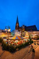 Deutschland, Mecklenburg-Vorpommern, Schwerin: Weihnachtsmarkt vor dem Dom St. Maria und St. Johannes   Germany, Mecklenburg-West Pomerania, Schwerin: Christmas fair and Schwerin Cathedral dedicated to the Virgin Mary and Saint John