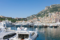 Principality of Monaco, on the French Riviera (Côte d'Azur), district La Condamine: luxury yachts in Port Hercule, at background Prince's Palace of Monaco | Fuerstentum Monaco, an der Côte d'Azur, Stadtteil La Condamine: Luxusyachten im Port Hercule, im Hintergrund der Fuerstenpalast Palais Princier