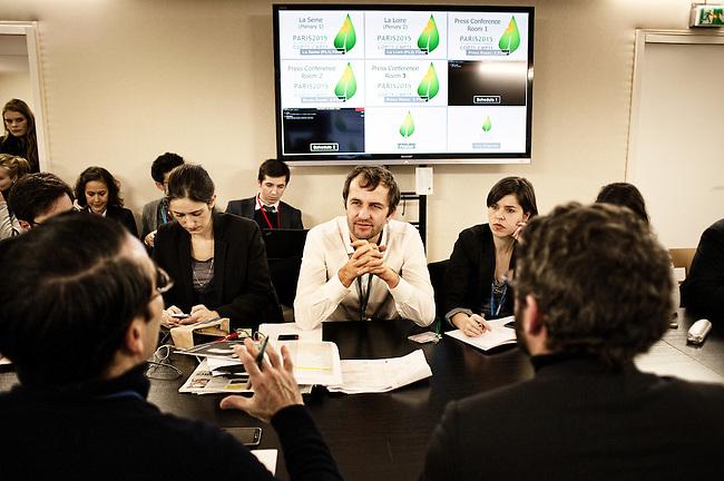 """13h25. J'assiste à ma première réunion avec l'équipe du secrétariat général de la COP21. """"Nous allons vivre un moment historique, il va falloir communiquer ensemble, parler d'une seule voix et peser chaque mot."""" Je ne connais pour l'instant que Lionel, le directeur de la communication. Les autres viennent des ministères ou ont été embauchés depuis quelque mois pour travailler sur la COP21. Certains sont très jeunes, tous paraissent déjà fatigués."""