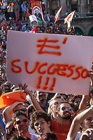 Milano: sostenitori di Pisapia esultano dopo il risultato ufficiale degli scrutini..Milan: supporters of Giuliano Pisapia celebrate the victory..Giuliano Pisapia is a new Mayor of Milan. After 18 years the centre-left party won the election in the city of Silvio Berlusconi.