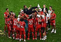 v. l. Trainer Hans-Dieter Hansi Flick (FC Bayern Muenchen) wird von seinen Spielern hochgeworfen bejubelt<br /> <br /> Fussball, Herren, Saison 2019/2020, 77. Finale um den DFB-Pokal in Berlin, Bayer 04 Leverkusen - FC Bayern München, 04.07. 2020, Foto: Matthias Koch/POOL