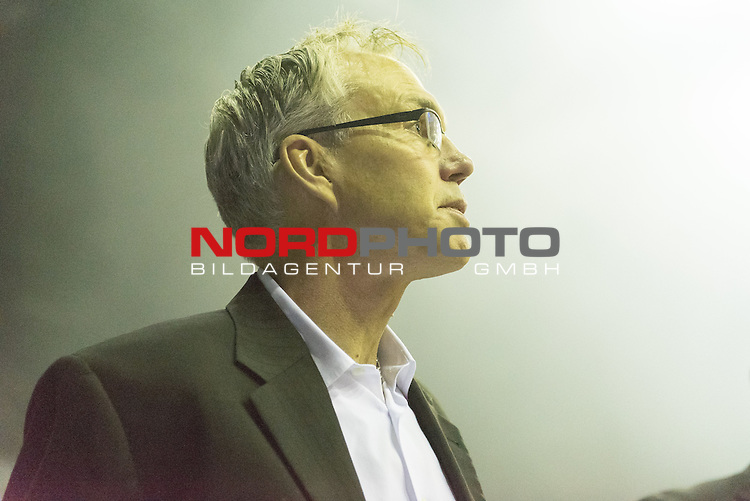 07.10.2015, EWE Arena, Oldenburg, GER, Beko BBL, EWE Baskets Oldenburg vs FRAPORT SKYLINERS , im Bild<br /> <br /> Trainer Gordon Herbert (Head Coach, Fraport Skyliners Frankfurt)<br /> Einzelaktion, Halbk&ouml;rper / Halbkoerper<br /> <br /> Foto &copy; nordphoto / Kokenge