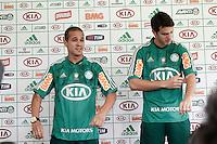 SAO PAULO, SP, 08 FEVEREIRO 2013 - APRESENTAÇÃO REFORÇOS PALMEIRAS - O presidente do Paulo Nobre (C) apresenta os jogadores Ronny(E) e Kleber (D) na Academia de Futebol nessa sexta-feira(08) (FOTO: LOLA OLIVEIRA/ BRAZIL PHOTO PRESS).