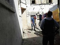 SAO PAULO, 06 DEZEMBRO 2012 - HOMICIDIO - Depois de iniciarem uma briga, mulher mata o marido esfaqueado, na residência de número 922 da Avenida Tiradentes, na região central da capital paulista, nesta quinta-feira (6). Segundo amigos do casal, o marido batia com frequência na esposa. A polícia investiga o caso. FOTO: MAURICIO CAMARGO / BRAZIL PHOTO PRESS.