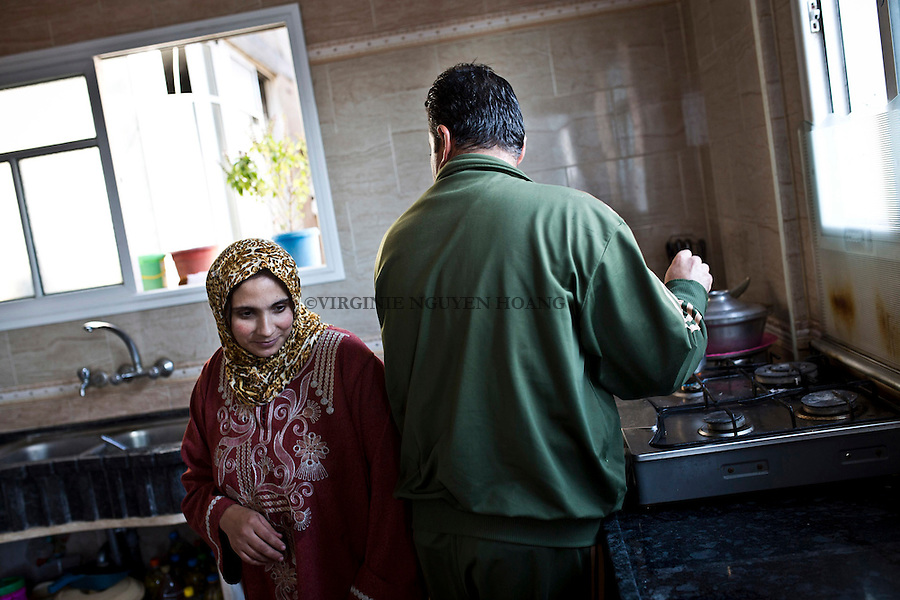 Gaza, Beach Camp: When Majed goes to work he always tells his wife to pray God for his return. <br /> <br /> Gaza, Beach Camp: Whand Majed part au travail il dit toujours &agrave; sa femme de prier Dieu pour qu'il revienne.