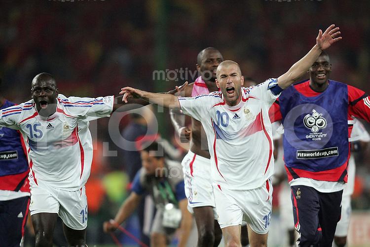 Fussball WM 2006  Achtelfinale   Spanien - Frankreich ; Spain - France  Zinedine ZIDANE (FRA) und die mannschaft jubelt nach dem Abpfiff