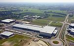 Foto: VidiPhoto<br /> <br /> BARNEVELD &ndash; Aan het gloednieuwe logistieke centrum van Van Reenen, Transport, Warehouse en Verhuizingen in Barneveld wordt maandag de laatste hand gelegd. Het bedrijf met inmiddels 115 vrachtwagens verhuist op 16 september van de Energieweg naar het evenzo nieuwe en 33 ha. grote industrieterrein Harselaar-Zuid, dat op dit moment volop in ontwikkeling is. Van Reenen is daar met 25.000 vierkante meter overdekt het grootste bedrijf. De internationale transporteur verdubbelt hiermee zijn bedrijfsoppervlakte en vermeerdert het aantal laadstations van 13 naar 67. Het gebouw voldoet aan de hoogste eisen van duurzaamheid en krijgt naast aardwarmte, duurzame electriciteit via nog te plaatsen zonnepanelen. Ook op andere vlakken is volledig milieuvriendelijk gebouwd, waardoor de hoogste BREAAM-klasse is gehaald. Hoofdaannemer is Burgland Bouw uit Dodewaard. Het nieuwe pand is in slechts een half jaar tijd gebouwd en kost casco 10 miljoen euro.