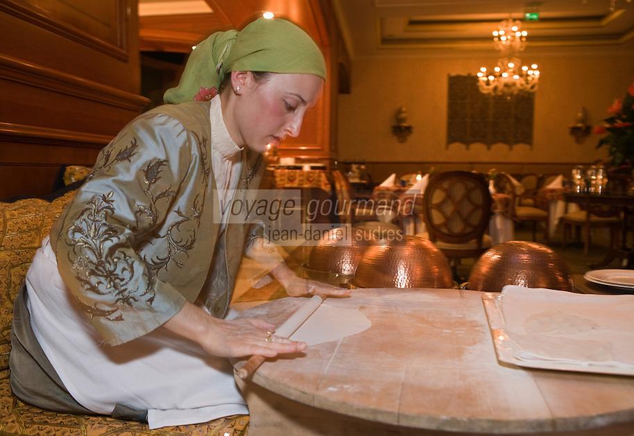 """Europe/Turquie/Istanbul :  Préparation des """"Gözleme"""" crêpes salées de la cuisine  turque au fromage ou viande hachée au restaurant Centemani de l 'Hôtel Ritz Carlton"""