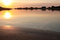 Abendstimmung an der Elbe, Sonnenuntergang, mit Fußabdruck, Abdruck der Schwimmfüße einer Ente im Schlamm, Sand, Trittsiegel, Fußspur, Ufer, Vogelspur