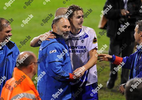 11-10-29 / Voetbal / seizoen 2011-2012 / R. Antwerp FC - KSK Heist / Trainer Francis Bosschaerts viert met Bart Webers die 2 doelpunten scoorde