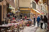 France, Provence-Alpes-Côte d'Azur, Nice: eating out in Old Town quarter, at Rue Pairolière | Frankreich, Provence-Alpes-Côte d'Azur, Nizza: typisch provenzalisch Essen gehen in Nizzas Altstadtgassen, hier in der Rue Pairolière